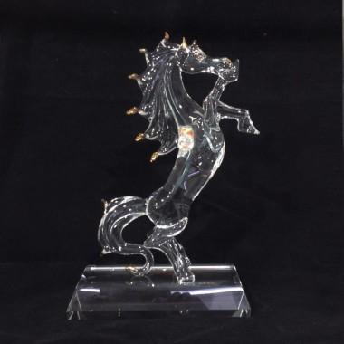 Grand cheval sur socle en verre