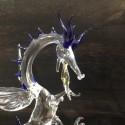 Dragon sur pied en verre