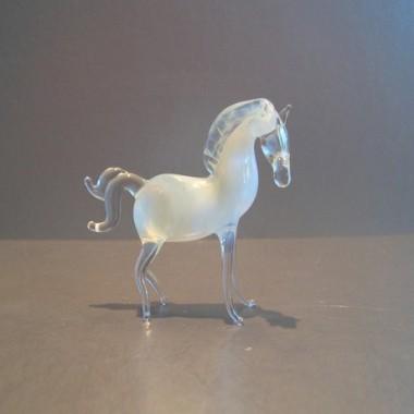 Cheval blanc en verre