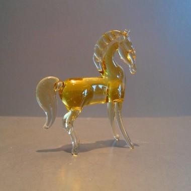 Cheval jaune en verre