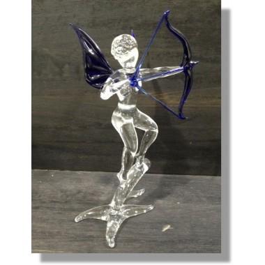 Cupidon en verre bleu sur une branche
