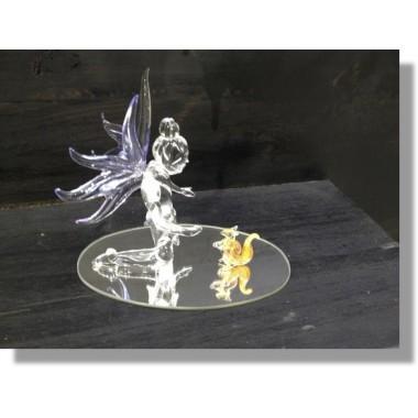 Fée en verre avec un écureil sur un miroir