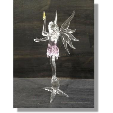 Fée en verre rose avec une baguette magique