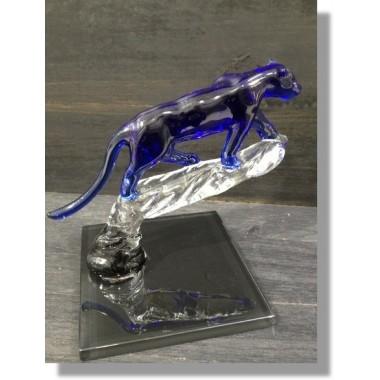 Panthère en verre bleu sur branche