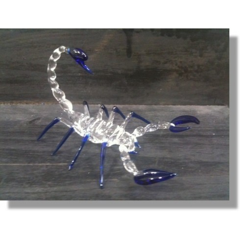 Scorpion en verre bleu transparent