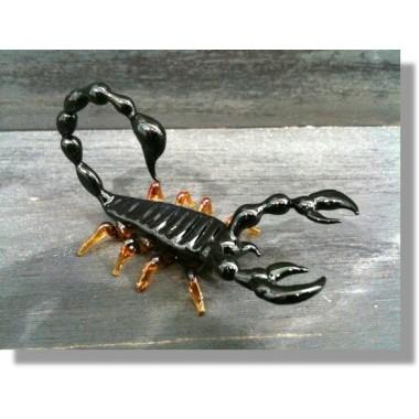 Scorpion en verre noir et rouge