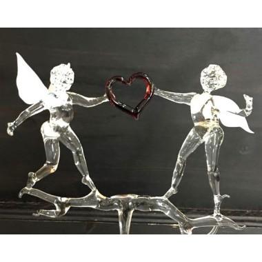 Duo d'anges avec un coeur en verre